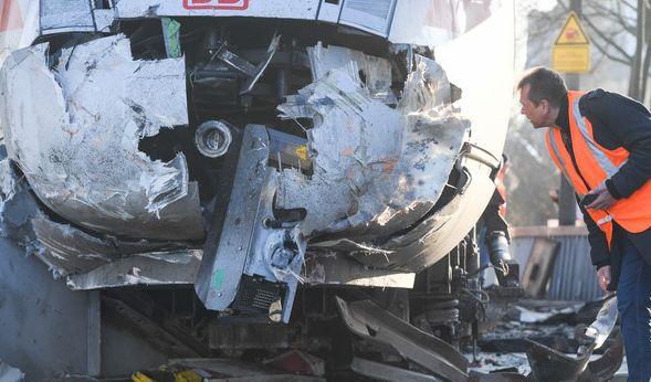 Der zerstörte Triebwagen des ICE. (Foto)