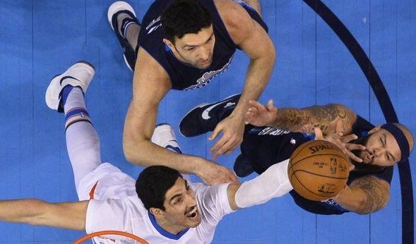 Deron Williams und Salah Mejri von den Dallas Mavericks im Duell mit Enes Kanter von den Oklahoma City Thunder. (Foto)