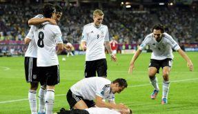 Deutschland bejubelt Lars Bender. Er wurde gegen Dänemark zum Matchwinner. (Foto)