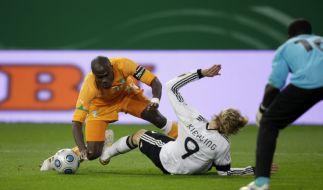 Deutschland spielt für Robert Enke (Foto)