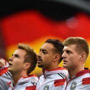 Deutschlands Mario Götze (l-r), Karim Bellarabi, Toni Kroos, Jonas Hector und Thomas Müller bei der Nationalhymne. (Foto)