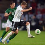 Deutschlands Toni Kroos (r) und Irlands Stephen Kelly kämpfen um den Ball. (Foto)