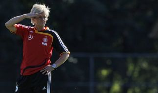 DFB-Trainerin Silvia Neid schaut konzentriert den schwierigen EM-Aufgaben entgegen. (Foto)