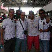 Die Abenteuer-Euro: Da war die Welt noch in Ordnung. José (2. von rechts) mit seinem mexikanischen Kumpel (rechts) und den DFB-Fans im polnischen Teil des Grenzübergangs.