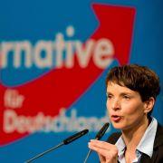 Die AFD-Parteivorsitzende Frauke Petry steht am 28.11.2015 beim Bundesparteitag der Alternative für Deutschland (AfD) in der Niedersachsenhalle vom HCC in Hannover (Niedersachsen). (Foto)