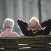 Die Angst vor Altersarmut ist groß, dennoch wollen viele Bundesbürger nicht mehr Geld in ihre Vorsorge investieren.