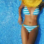 Die Badesaison ist eröffnet! News.de kennt die Lieblings-Strandbegleiter der Promis.
