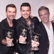 Die Band Klubbb3, Florian Silbereisen, Jan Smit und Christoff de Bolle (l-r), erhält den smago! Award in der Kategorie Lebenswerk bei der Verleihung des 6. smago! Award.