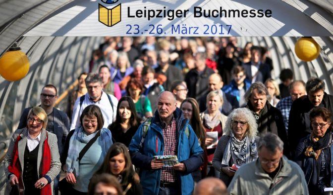 Die ersten Besucher betreten nach der Eröffnung am 17. März 2016 die Buchmesse in Leipzig. Bis zum 20. März werden rund 2.000 Aussteller, über 250.000 Besucher und mehr als 2.500 Journalisten erwartet. (Foto)