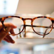 Die Brillengläser lassen sich am besten mit klarem Wasser reinigen. (Foto)