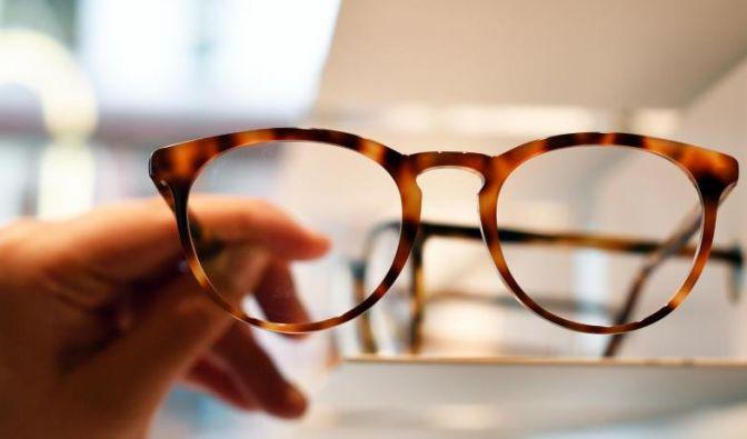 Die Brillengläser lassen sich am besten mit klarem Wasser reinigen.