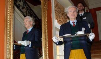 Die angehenden Chefbutler Thomas Geks (vorn) und Roger Wyss üben an der International Butler Academy (Foto)