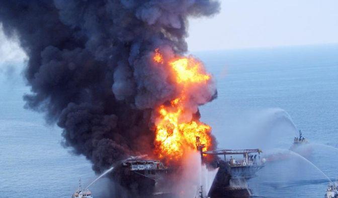 Die Deepwater Horizon nach der Explosion und vor dem Untergang. (Foto)