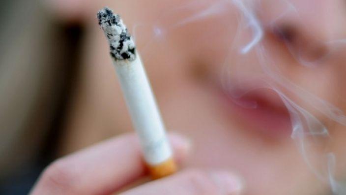 Die Deutsche Krebshilfe will TV-Raucher ins Nachtprogramm verbannen.