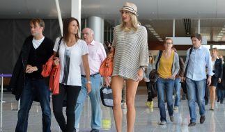 Die DFB-Spielerfrauen am Flughafen: Um Lena Gerckes Beine gibt es Aufregung. (Foto)
