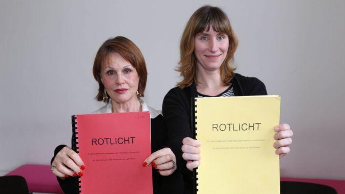Die ehemalige Domina und Sex-Arbeiterin Karolina Leppert (hier links im Bild, zusammen mit der Theaterregisseurin Julia Roesler) beklagt einen zunehmenden Sittenverfall des männlichen Geschlechts wenn es um's Thema Sex geht. (Foto)