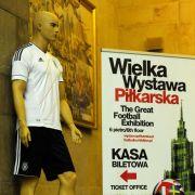 Die EM-Kluft der Deutschen: Zum Fußballfest zeigt auch der Warschauer Kuulturpalast eine Fußballausstellung.