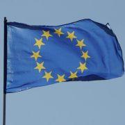 Die Europafahne im Wind: Nicht jeder ist mit der Entscheidung des Nobelkomitees in Oslo zufrieden.