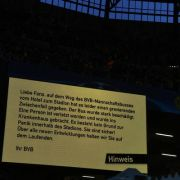 Die Fans im Stadion wurden über den Anschlag informiert...