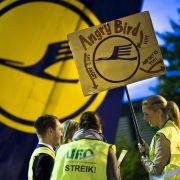 Die Flugbegleiter der Lufthansa setzen ihren Streik an diesem Dienstag fort.