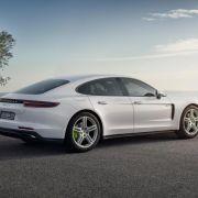 Die zweite Generation des Panamera zeigt Porsche auf dem Pariser Salon Anfang Oktober erstmals auch als Plug-in-Hybrid. Zu Preisen ab 107.553 Euro soll er im kommenden April auf den Markt kommen. (Foto)