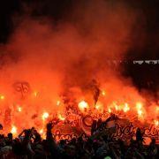 Die Gewalt in Fußballstadien hat ein Rekordhoch erreicht. Politiker wollen DFB und Clubs in die Pflicht nehmen.