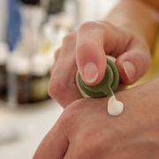 Die empfindliche Haut am Handrücken trocknet im Winter besonders schnell aus und wird spröde.