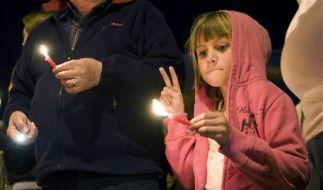 Die sieben Jahre alte Gillian Hennessy bei einer Andacht für die Opfer der Bluttat. (Foto)