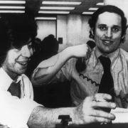 Die Journalisten Carl Bernstein (links) und Robert Woodward freuen sich in Washington, nachdem sie erfahren haben, dass die Washington Post für ihre Enthüllungen in der Watergate-Affäre mit dem Pulitzer-Preis ausgezeichnet wird.