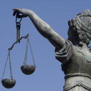 Die blinde Justizia wägt ab, das Leitbild für alle Richter. Aber was, wenn sie an Entscheidungsschwäche leiden?