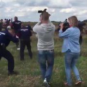 Brutale Kamerafrau tritt Flüchtlings-Papa mit Kind um - Kündigung! (Foto)