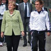 Die Kanzlerin und der Kapitän: Angela Merkel beim Besuch der DFB-Elf vor der EM an der Seite von Philipp Lahm.