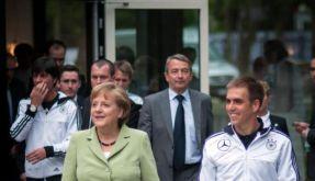 Die Kanzlerin und der Kapitän: Angela Merkel beim Besuch der DFB-Elf vor der EM an der Seite von Philipp Lahm. (Foto)