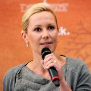 Die Kritik war wohl doch zu viel: Bettina Wulff geht von den Offen- in die Defensive.