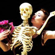 Die schwedische Künstlerin Ika Nord tanzt mit einem Skelett - eine Landsfrau soll sich an Knochen vergangen haben.