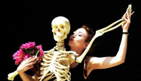 Die schwedische Künstlerin Ika Nord tanzt mit einem Skelett - eine Landsfrau soll sich an Knochen vergangen haben. (Foto)