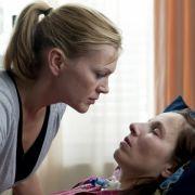 Täglich besucht Andrea (Anna Loos, links) ihre Freundin Katja (Meret Becker) im Krankenhaus.