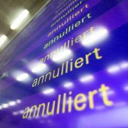 100.000 Passagiere stecken fest: 900 Flüge fallen aus (Foto)