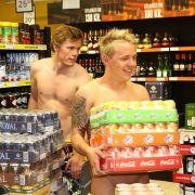 Die männlichen Nackedeis hatten es vor allem auf eines abgesehen: Bier.