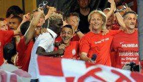Die Mainzer um Trainer Joern Andersen (Norwegen, 2.v.r.) feiern den Aufstieg in die 1. Bundesliga. (Foto)