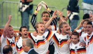 Die deutsche Mannschaft jubelt über den Gewinn der Fußball-WM am 8. Juli 1990 im Olympiastadion von Rom. Mittendrin Rudi Völler, dem später ein eigener Fußballsong gewidmet wurde. (Foto)