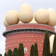 Die Mauern des Theater-Museums sind gespickt mit hellen Bauernbroten, das Dach zieren Rieseneier.