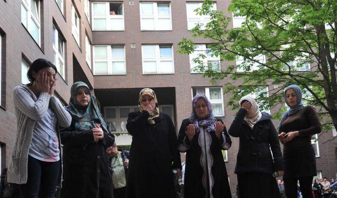Die Menschen in Kreuzberg sind entsetzt. Diese Frauen halten Mahnwache für die sechsfache Mutter, die von ihrem Mann erschlagen wurde. (Foto)