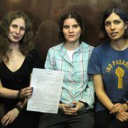 Die drei Mitglieder von Pussy Riot während des letzten Prozesstages. Sie wurden zu zwei Jahren Arbeitslager verurteilt.