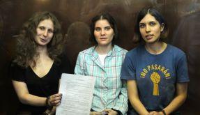 Die drei Mitglieder von Pussy Riot während des letzten Prozesstages. Sie wurden zu zwei Jahren Arbeitslager verurteilt. (Foto)