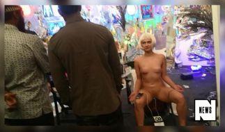 Die nackte Blondine zeigte sich äußerst hilfsbereit. (Foto)