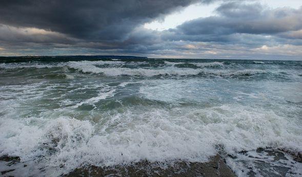 """Die Ostsee am Strand von Binz auf der Insel Rügen wurde von meterhohen Wellen bei der von Tief """"Axel"""" verursachten Sturmflut beherrscht. (Foto)"""
