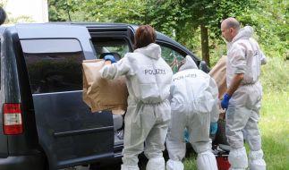 Die Polizei stellt Beweismaterial sicher. Diese und eine Obduktion der Opfer sollen Aufschluss über den Tathergang geben. (Foto)