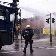 Ein Journalist verletzt: Polizei löst Pegida-Demo auf (Foto)