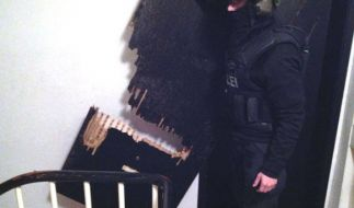 Die Polizei Oberhausen veröffentlichte ein Bild der aufgesprengten Tür. (Foto)